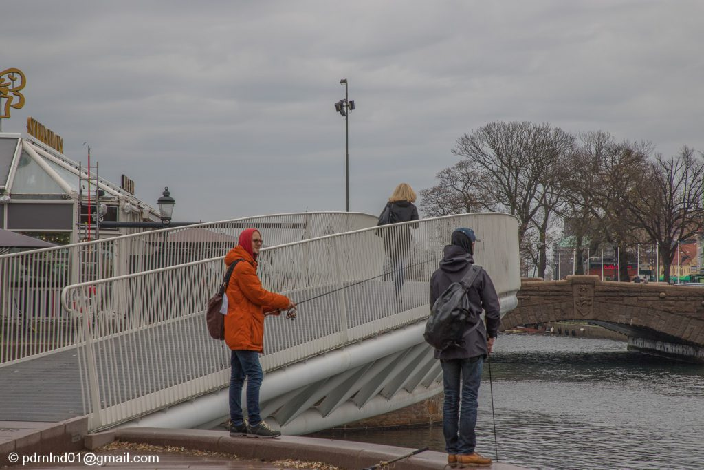 Malmö. Bro och två fiskare