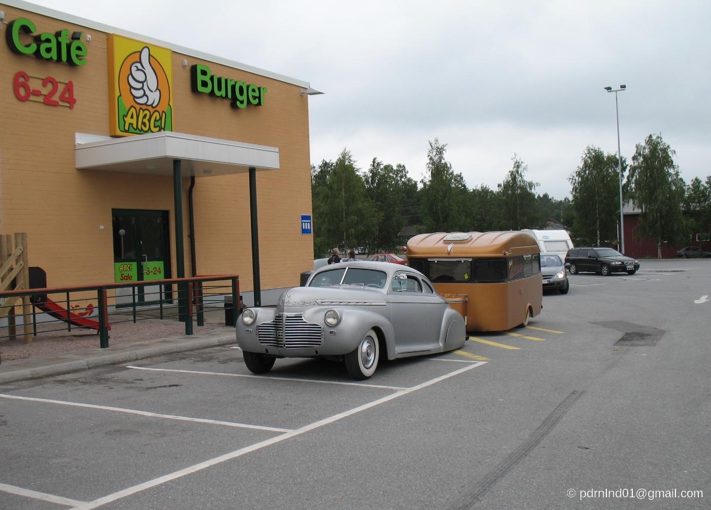 Bil utanför ABC i Oravais